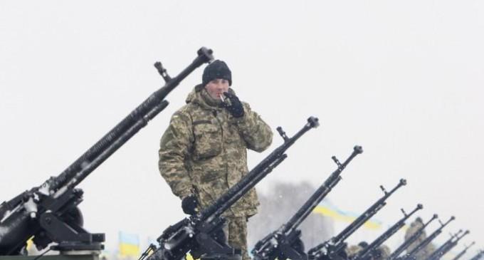 La follia Usa: fornire armi all'Ucraina per evitare che continui a usare bombe a grappolo